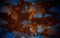 Oxiderings metallplattan med genomdränker rött och blått arkivfoton