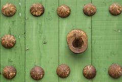 Oxidmetallhandtag på gammal wood dörr Royaltyfri Bild