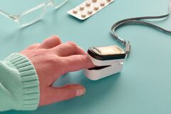 Free Oximeter, Finger Digital Device To Measure Person`s Oxygen Saturation. Reduced Oxygenation Is An Emergency Sign Of Pneumonia Stock Photo - 177777400