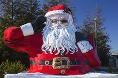 Oxnard,加利福尼亚,美国, 2015年5月24日,路旁圣诞老人, 20英尺高,避暑山庄圣诞老人,沿路线102 免版税库存照片