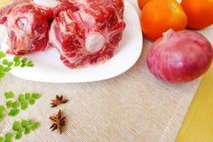 Oxtail сырцовый & овощи Стоковая Фотография