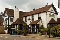 OXTED/ENGLAND - 22. April 2014: Das alte Gasthaus Bell in altem Stockfoto