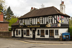 OXTED/ENGLAND - 22 avril 2014 : La taverne de Wheatsheaf dans vieil Oxted Photos libres de droits