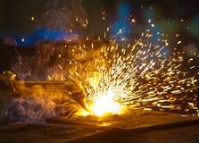 Oxy-Cutting i ett stålfabriceringseminarium Arkivbild