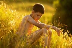 Oy obsiadanie i relaksować w trawie Obraz Royalty Free