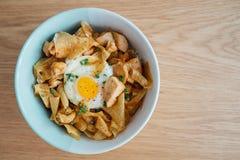 Oyakodon, bacia de arroz japonesa cobriu com galinha e ovos Fotografia de Stock Royalty Free
