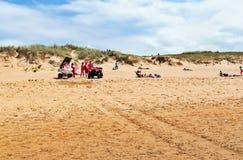 OYAMBRE SPANIEN - JULI 6, 2016: Räddare på den sandiga stranden Arkivfoto