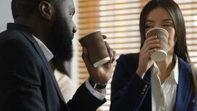 Oyentes diversos que hablan mientras que bebe el café almacen de metraje de vídeo