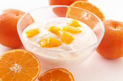 Oyghurt mit Orangen Stockfotografie