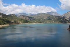 Oymapinar Baraji -绿色湖 库存图片