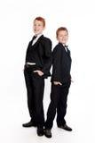 ?oys met rood haar in zwarte kostuums Royalty-vrije Stock Afbeeldingen