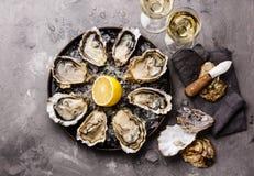 Oysters Fines de Claire und Weißwein stockbilder