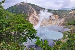 Oyunumapond, zwavelachtige vijver van de uitbarsting van MT Hiyorikrater, Noboribetsu, Hokkaido, Japan stock afbeeldingen