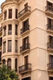 Ozdobni balkony i Podpalany Windows na Barcelona hotelu Obraz Stock