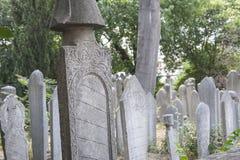 Ozdobni tureccy headstones w cmentarzu Zdjęcia Stock