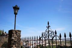Ozdobny ślusarstwa ogrodzenie z widokami nad częścią miasteczko wieś i, Ronda, Hiszpania obraz stock