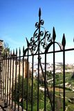 Ozdobny ślusarstwa ogrodzenie z widokami nad częścią miasteczko wieś i, Ronda, Hiszpania fotografia stock