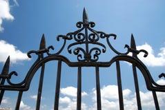 Ozdobny żelaza ogrodzenia panel na Nowym moście przeciw niebieskiemu niebu, Ronda, Hiszpania zdjęcie royalty free