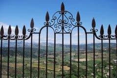 Ozdobny żelaza ogrodzenia panel na Nowym moście z widokami przez Hiszpańską wś, Ronda, Hiszpania zdjęcia stock