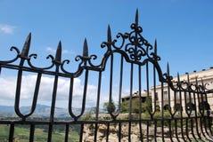 Ozdobny żelaza ogrodzenia panel na Nowym moście z widokami przez Hiszpańską wś, Ronda, Hiszpania fotografia stock