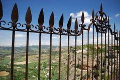 Ozdobny żelaza ogrodzenia panel na Nowym moście z widokami przez Hiszpańską wś, Ronda, Hiszpania zdjęcia royalty free