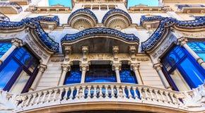 Ozdobny Błękitny podstrzyżenie na Hiszpańskiej architekturze zdjęcia royalty free