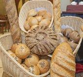 Ozdobny chlebowy pokaz przy restauracyjnym bufetem Obraz Royalty Free
