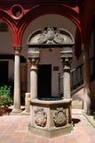 Ozdobny kamień dobrze w Mondragon pałac podwórzu, Ronda, Hiszpania fotografia royalty free