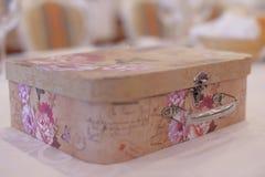 Ozdobny keepsake pudełko dla prezentów utrzymuje przy pielenie ceremonią zdjęcie royalty free