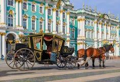 Ozdobny koński kareciany oczekuje turysta przed zima pałac - erem na pałac kwadracie w Świątobliwym Petersburg, Rosja zdjęcia stock