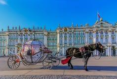 Ozdobny koński kareciany oczekuje turysta przed zima pałac - erem na pałac kwadracie w Świątobliwym Petersburg, Rosja obraz royalty free