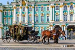 Ozdobny koński kareciany oczekuje turysta przed zima pałac - erem na pałac kwadracie w Świątobliwym Petersburg, Rosja fotografia stock
