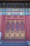 Ozdobny malujący drzwi na budynku w Niedozwolonym mieście w Pekin zdjęcia royalty free