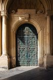 Ozdobny metalu i drewna drzwi grandmaster pałac podwórze w Valletta, Malta zdjęcia royalty free