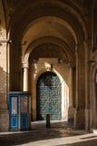 Ozdobny metalu i drewna drzwi grandmaster pałac podwórze w Valletta, Malta obrazy royalty free