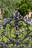 Ozdobny metalu ogrodzenie Z kwiatów I rośliien motywem fotografia stock