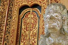 Ozdobny pozłocisty drzwi w czerwieni i złoto ducha dom Fotografia Royalty Free