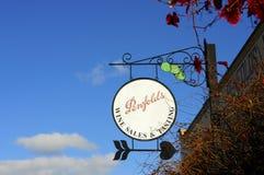 Ozdobny signage na zewnątrz Penfolds nieruchomości wina sprzedaży Smacznego budynku i zdjęcie stock