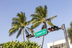Ozean-Antriebs-Straßenschild im Miami Beach Stockfotos