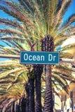 Ozean-Antriebsstraßenschild Lizenzfreie Stockfotos