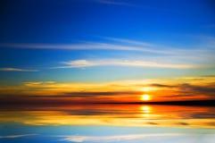 Ozean auf Sonnenuntergang. Stockbild