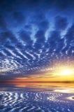 Ozean auf Sonnenuntergang. Lizenzfreies Stockfoto