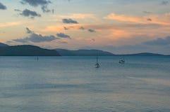 Ozean bei Sonnenuntergang mit Yachten I der Abstand Lizenzfreie Stockfotografie