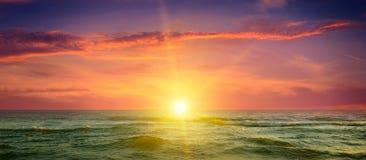 Ozean, bewölkter Himmel und ein fantastischer Sonnenuntergang Stockfoto