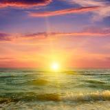 Ozean, bewölkter Himmel und fantastischer Sonnenuntergang Lizenzfreie Stockbilder