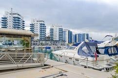 Ozean-Dorf mit seinem Jachthafen und moderne Wohnwohnungen in Gibraltar stockbilder