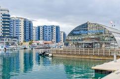 Ozean-Dorf mit seinem Jachthafen und moderne Wohnwohnungen in Gibraltar stockbild