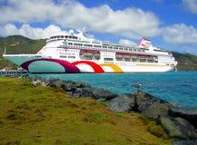 Ozean-Dorfkreuzschiff in Tortola-Hafen in den Antillen Lizenzfreie Stockfotos