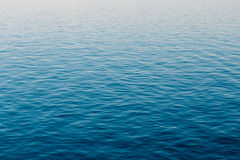Ozean-Fluss-Oberflächen-Hintergrund des ruhigen Sees Stockbilder