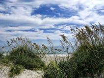 Ozean gesehen durch die Dünen auf den äußeren Banken Stockbilder